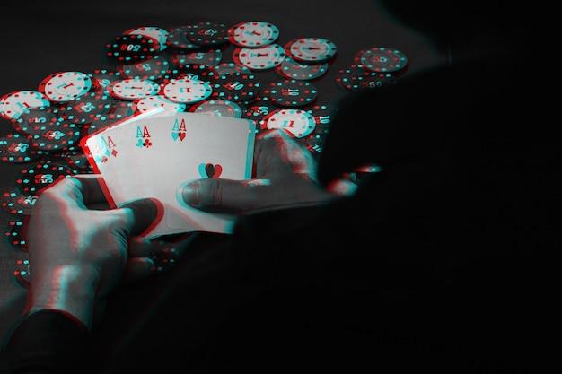 Męskie ręce trzymają karty, zestaw asów na tle żetonów. czarno-biały z efektem wirtualnej rzeczywistości 3d glitch
