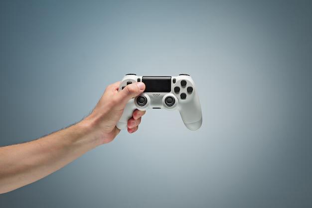 Męskie ręce trzymając gamepad