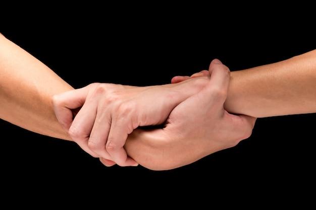 Męskie ręki na czarnym tle.