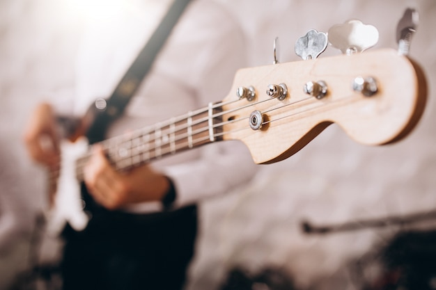 Męskie ręki zamykają w górę bawić się gitarę