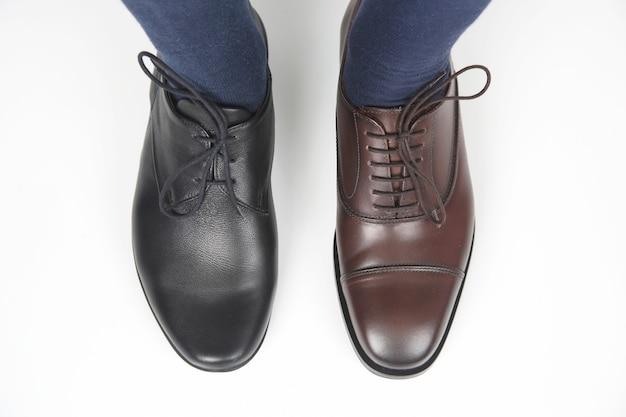 Męskie stopy w klasycznych brązowo-czarnych butach