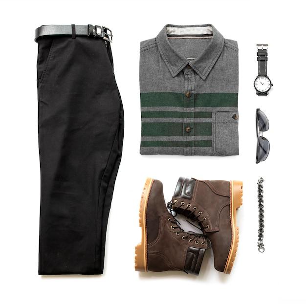 Męskie stroje codzienne dla męskiej odzieży z czarnym butem, niebieskimi dżinsami, paskiem, portfelem i koszulą biurową na białym tle, widok z góry