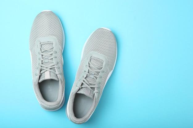Męskie trampki na kolorowym tle męskie obuwie minimalizm