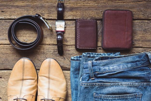 Męskie ubrania i akcesoria na drewniane tła. widok z góry