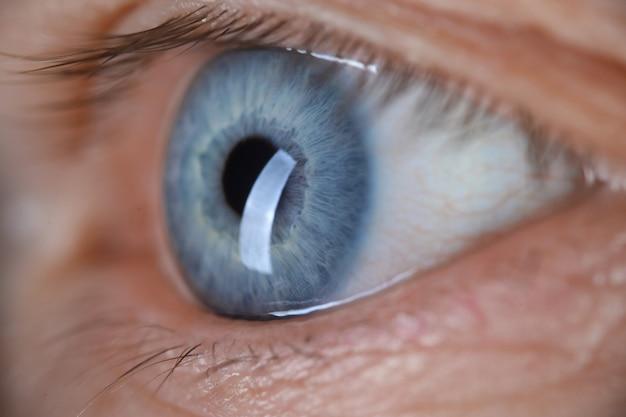 Męskiego oka błękitnego koloru zbliżenia super makro- strzał.