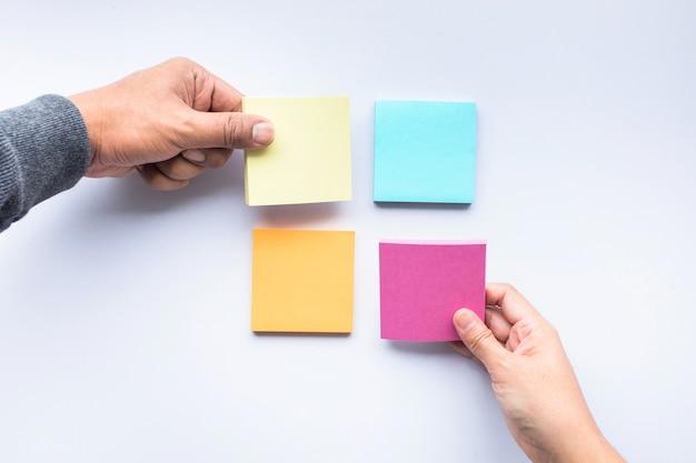 Męskiej i żeńskiej dłoni w kolorze papieru