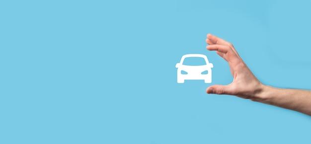 Męskiej ręki trzymającej auto ikona samochodu