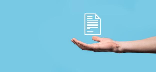 Męskiej ręki trzymającej ikonę dokumentu na niebieskim tle. system danych zarządzania dokumentami business internet technology concept. firmowy system zarządzania danymi dms.