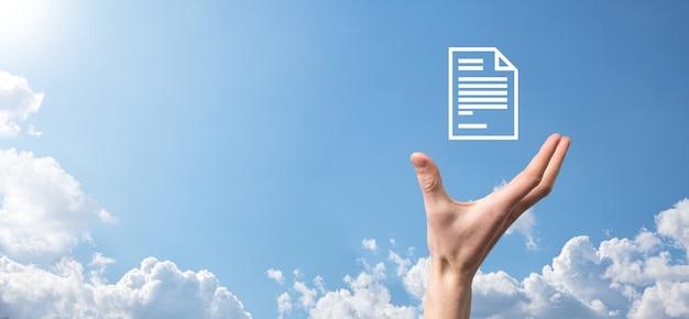 Męskiej ręki trzymającej ikonę dokumentu na niebieskim tle. system danych zarządzania dokumentami business internet technology concept. korporacyjny system zarządzania danymi dms