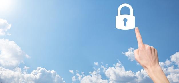 Męskiej ręki trzymającej ikonę kłódki kłódki. cyber sieci bezpieczeństwa. sieci w technologii internetowej. ochrona danych osobowych na tablecie. pojęcie prywatności ochrony danych. rodo. eu.banner.