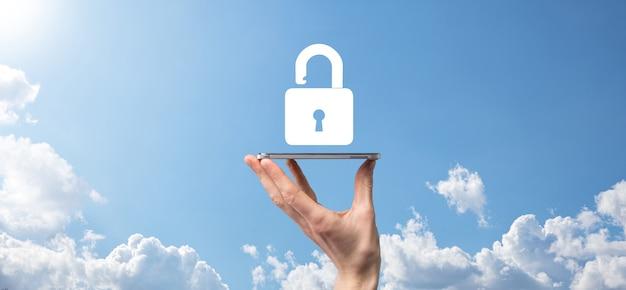 Męskiej ręki trzymającej ikonę kłódki kłódki. sieć bezpieczeństwa cybernetycznego. sieci technologii internetowych.