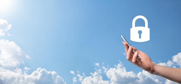 Męskiej ręki trzymającej ikonę kłódki kłódki. sieć bezpieczeństwa cybernetycznego. technologia sieci internet. ochrona danych osobowych na tablecie. pojęcie prywatności ochrony danych. rodo. baner ue.