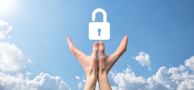 Męskiej ręki trzymającej ikonę kłódki kłódki. sieć bezpieczeństwa cybernetycznego. technologia sieci internet. ochrona danych osobowych na tablecie. pojęcie prywatności ochrony danych. rodo. eu.banner
