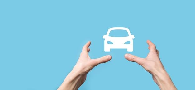 Męskiej ręki trzymającej samochód auto ikona na niebieskiej powierzchni