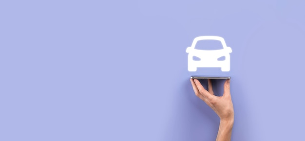 Męskiej ręki trzymającej samochód auto ikona na niebieskim tle. szeroki baner