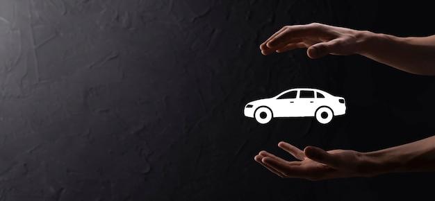 Męskiej ręki trzymającej samochód auto ikona na niebieskim tle. szeroki skład banera. koncepcje ubezpieczenia samochodu i zrzeczenia się szkód po kolizji.