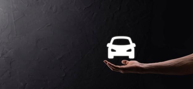 Męskiej ręki trzymającej samochód auto ikona na niebieskim tle. szeroki skład banera. koncepcje ubezpieczenia samochodu i zrzeczenia się szkód powypadkowych.