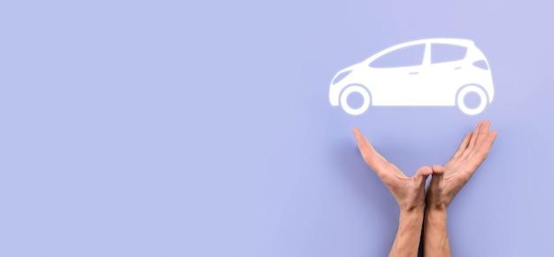Męskiej ręki trzymającej samochód auto ikona na szarym tle. szeroki baner