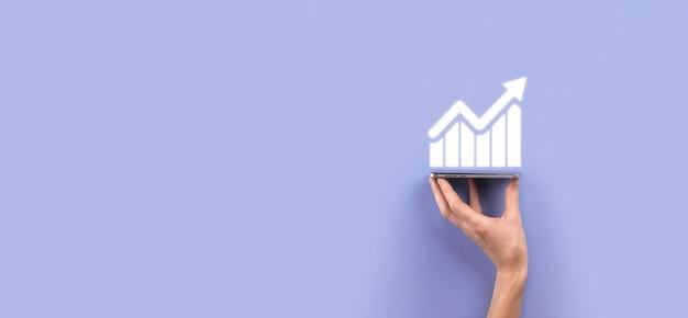 Męskiej ręki trzymającej symbol ikony wykresu. sprawdzanie analizowania wykresu wzrostu danych sprzedaży i giełdy na globalnej sieci. strategia biznesowa, planowanie i marketing cyfrowy