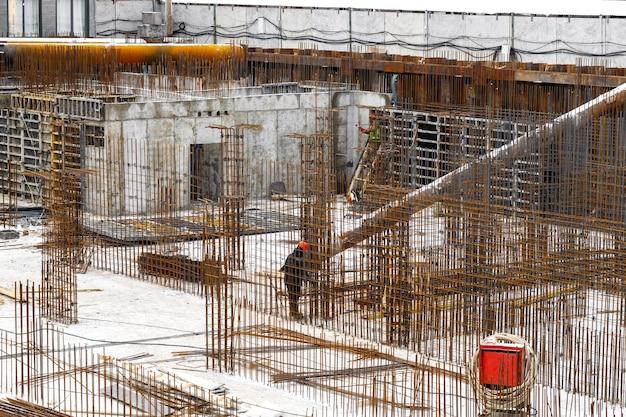 Metal i pręt zbrojeniowy na początkowym etapie budowy budynku mieszkalnego lub centrum handlowego