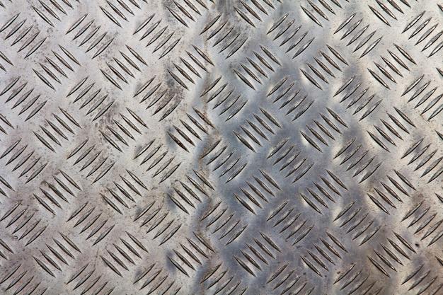 Metaliczna struktura z geometrycznymi kształtami