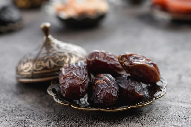 Metaliczny talerz z pestkami dat dla ramadanu