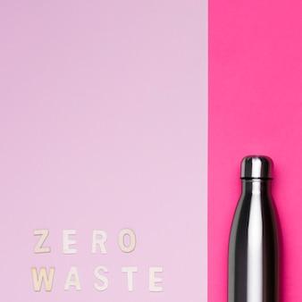 Metaliczny termos z kopią miejsca i napisem zero odpadów