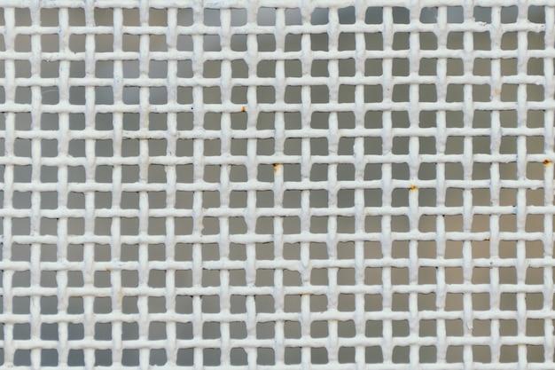 Metalowa gęsta siatka, kolor biały.