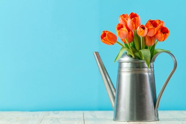 Metalowa konewka z tulipanów