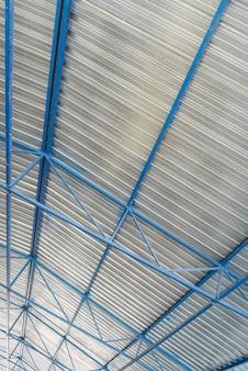 Metalowa konstrukcja dachu obiektu przemysłowego, widok od wewnątrz