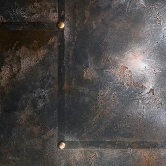 Metalowa konstrukcja z rdzawym wyglądem i nitami