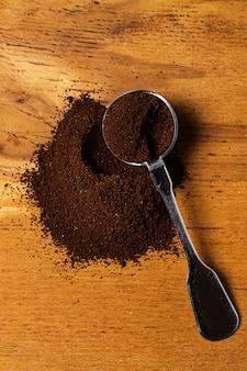 Metalowa łyżka i kawa