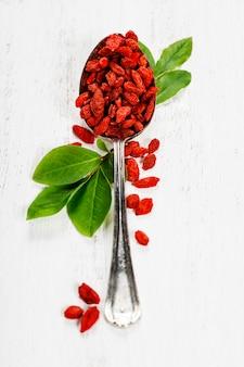 Metalowa łyżka suszonych jagód goji