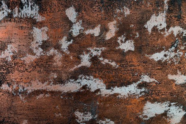 Metalowa powierzchnia z rdzą i łatami