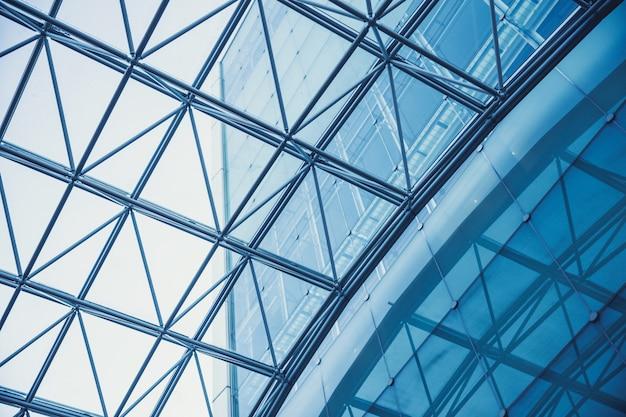 Metalowa rama nowoczesnego budynku ze szklanym dachem