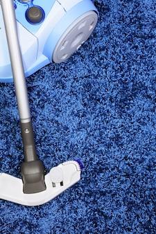 Metalowa rura odkurzacza w działaniu - wyczyść dywan i laminowaną deskę podłogową.