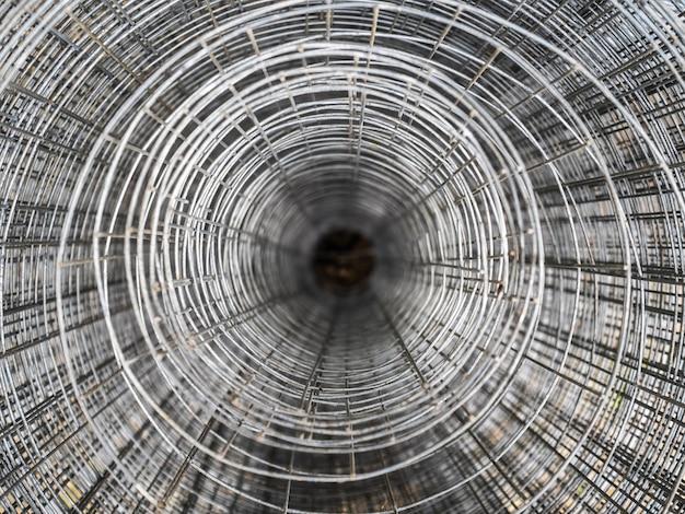 Metalowa siatka, skręcona w rolkach. żelazna siatka do montażu ogrodzenia. widok z góry skręconej kraty