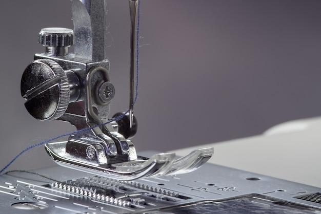 Metalowa stopka do maszyny do szycia. studio fotografii makro światła