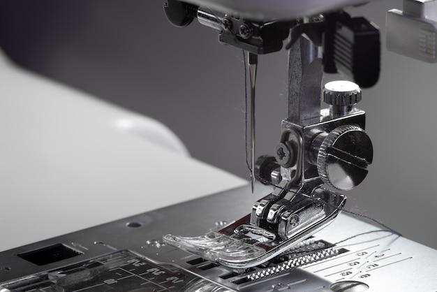 Metalowa stopka do maszyny do szycia.