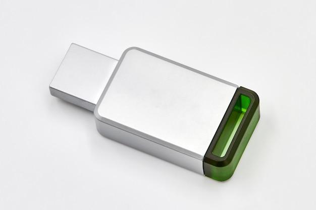 Metalowa szara pamięć usb lub pendrive