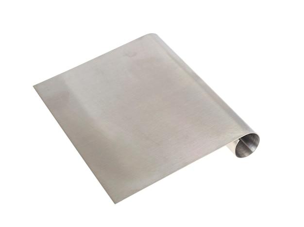 Metalowa szpatułka kulinarna krem na białym tle