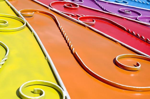 Metalowa tekstura kawałka kolorowej ściany z kutym wzorem