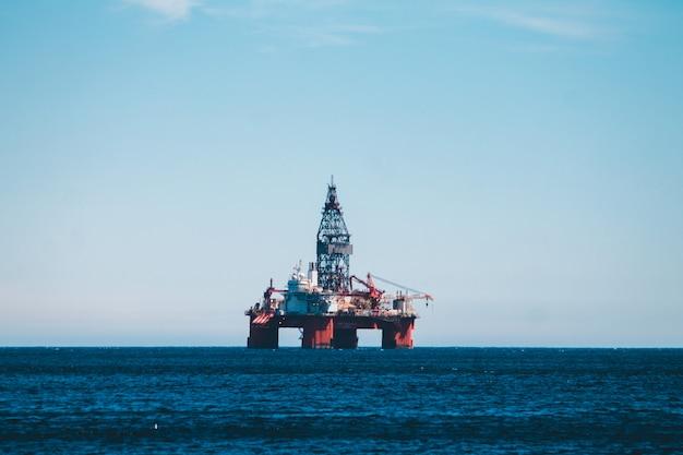 Metalowa wieża na środku morza