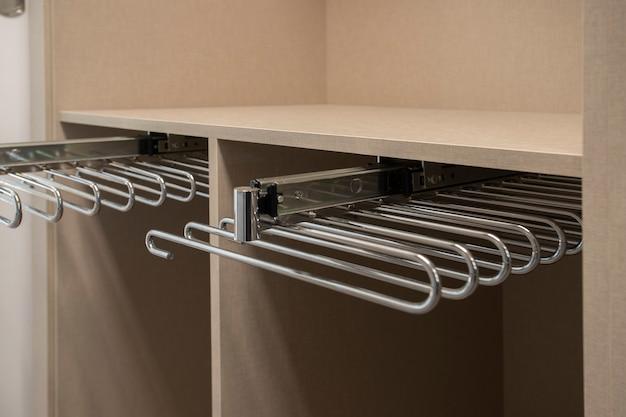 Metalowe akcesorium do wieszania spodni w szafie