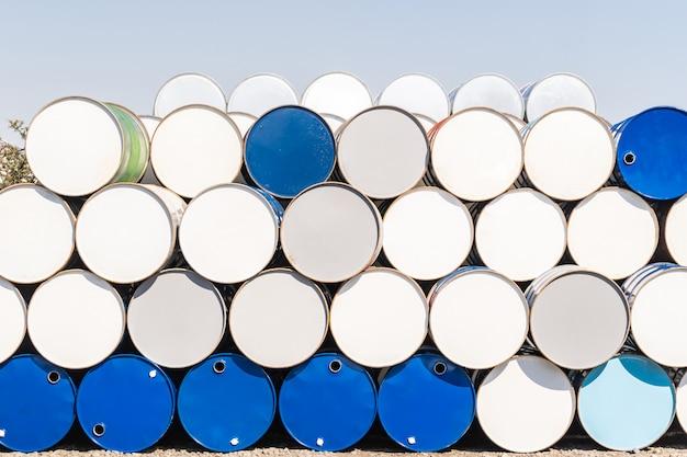 Metalowe beczki z olejem