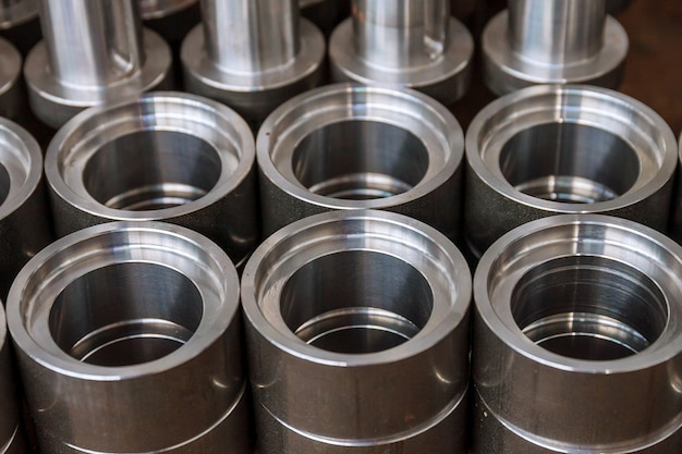 Metalowe części cylindryczne po obróbce na nowoczesnej frezarce cnc. nowoczesne technologie.