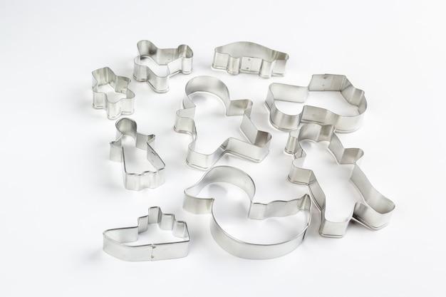 Metalowe foremki do ciastek na białej powierzchni