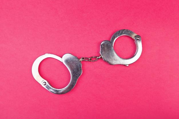Metalowe kajdanki na jasny różowy widok z góry