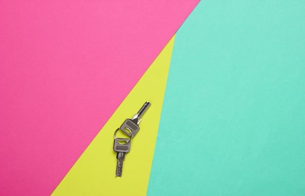Metalowe klucze na kolorowym papierze
