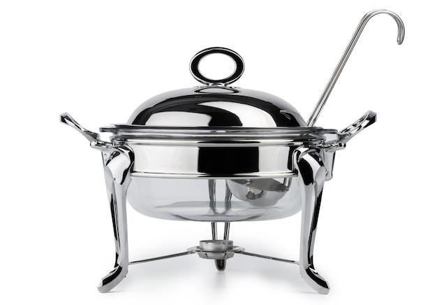 Metalowe naczynia kuchenne do gastronomii w formie bufetu na białym tle